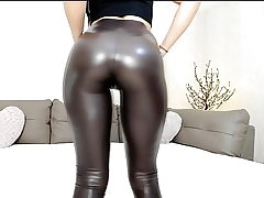 Hot cam teen in shiny leggings with excellent backside tease